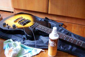 نگهداری-و-نظافت-گیتار-الکتریک-سازکالا