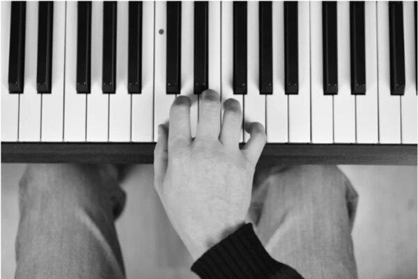 شکل صحیح دست هنگام نواختن